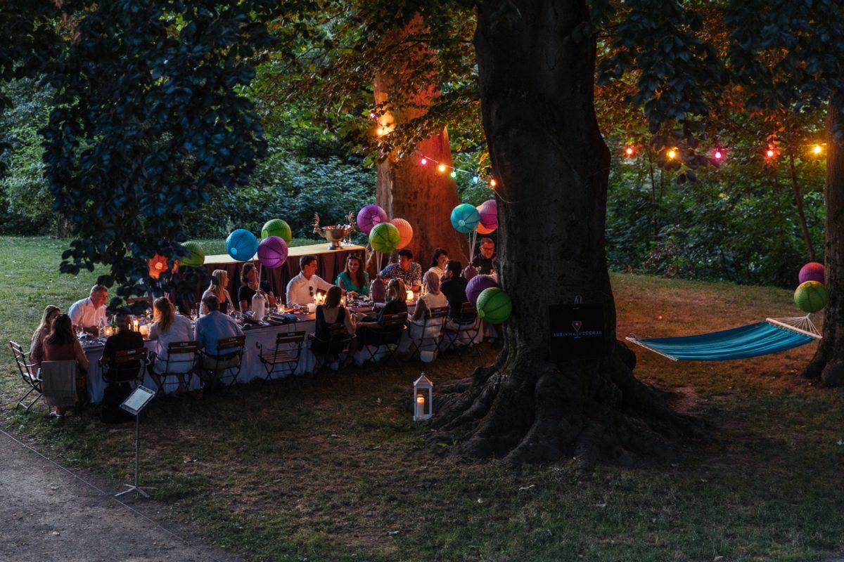 skrivna-vecerja-secret-dinner-forest-lights-food-restaurant